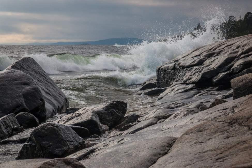 Finfin kuststräcka med granna klippor och fina vågor