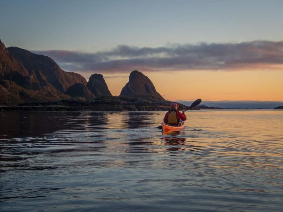Grymma omgivningar. Här lite paddling utanför Elvsanden. Tommas kända toppar i bakgrunden