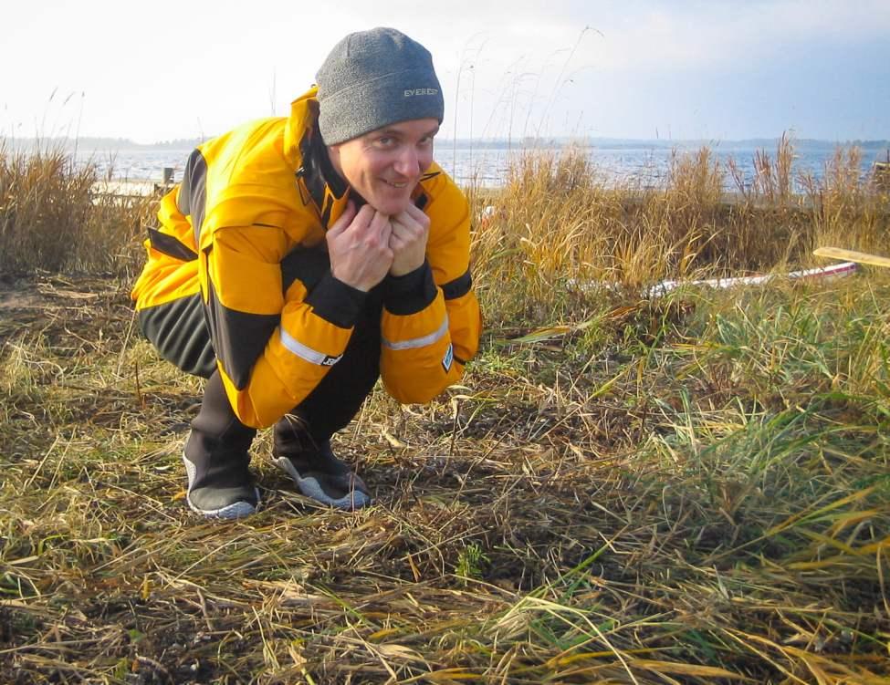 Jag pressar ur luften ur sparkdräkten innan avfärd från Örö, november 2003