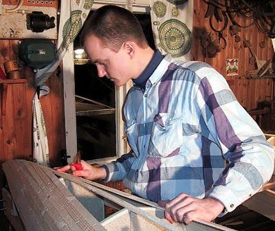 Erik finjusterar en av bordläggningsribborna.