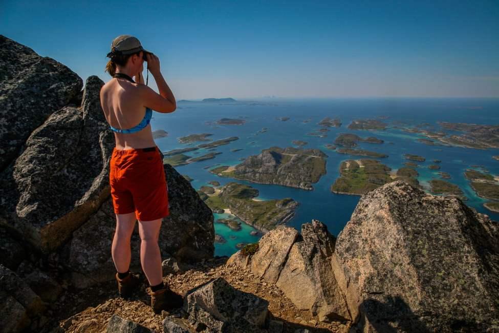 Pia spanar från toppen av Rødøy