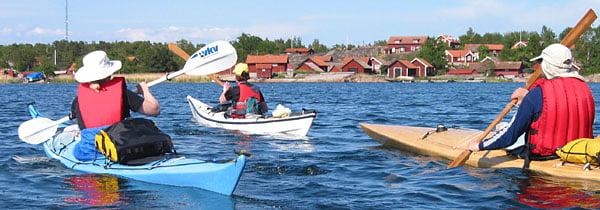 Pia L, Pia F och Henrik på väg in mot Harstena by