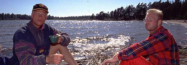Johan och Henkan sitter och ljuger på en klippa i strålande sol.