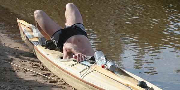 Tycker man det är besvärligt att bygga luckor på sitt hemmabygge får man igen det när man ska packa i och ur, men det roar i alla fall. Jörg från Linköping packar ur sin nybyggda Isfjord.