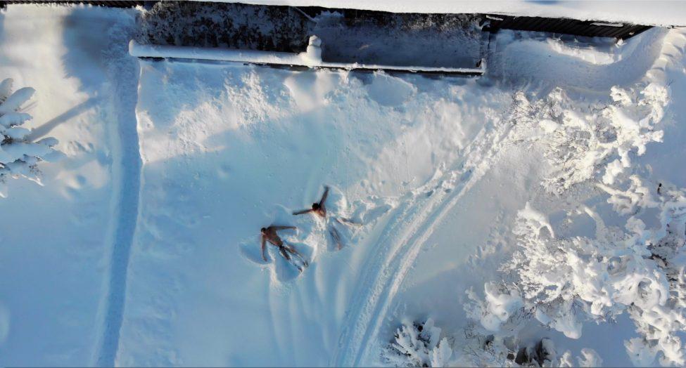 Snöänglar utanför hytten i Trysil