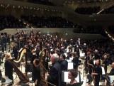 Applaus aus allen Richtungen, also wendet sich das Orchester auch nach hinten