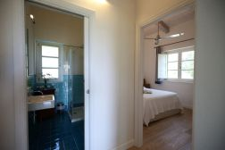 Blick auf Duschbad und Doppelbett Ferienhaus Kalabrien