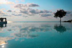 Infinity Pool mit Meerblick