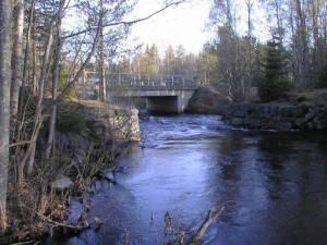 Mieskosken niskalta alavirtaan   maantiesiltaa lähestyttäessä,   alkaa kosken vuolain osa   vanhojen silta-arkkujen välistä,   pudotakseen uuden sillan alla   sijaitsevaan pyörteiseen syvänteeseen.