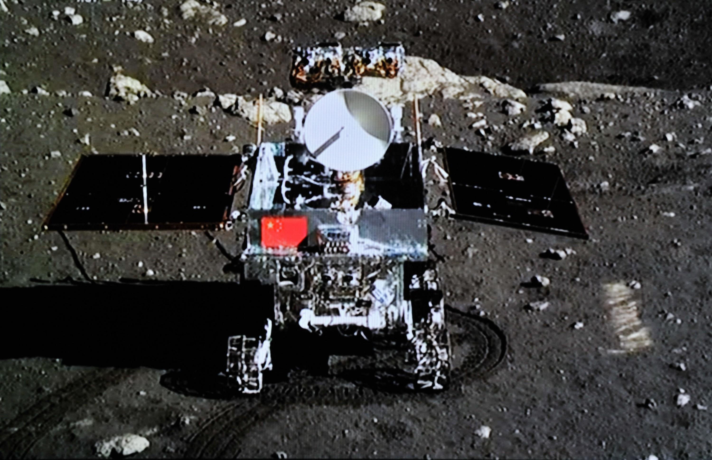 Снимка: Чанъе-4 изпрати видеото със спускането на роувъра Юйту-2 на лунната повърхност