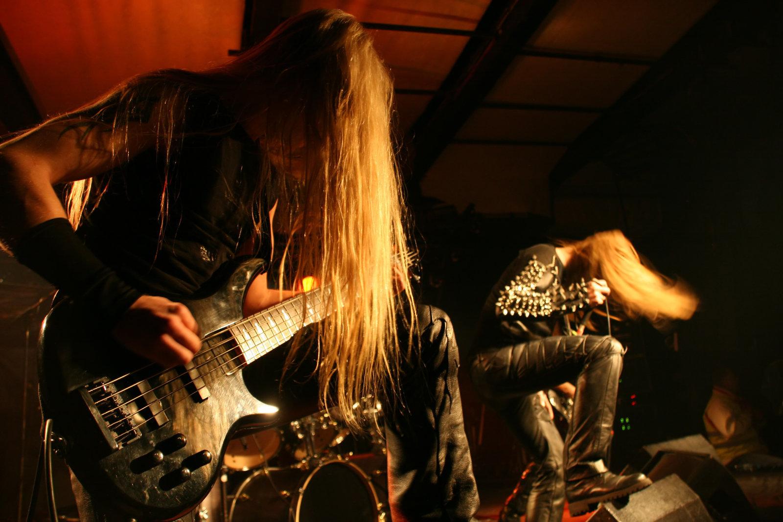 Black metal band on stage.td_uid_42_5cbc6e402bb99_rand.td-a-rec-img{text-align:left}.td_uid_42_5cbc6e402bb99_rand.td-a-rec-img img{margin:0 auto 0 0}Човекът има