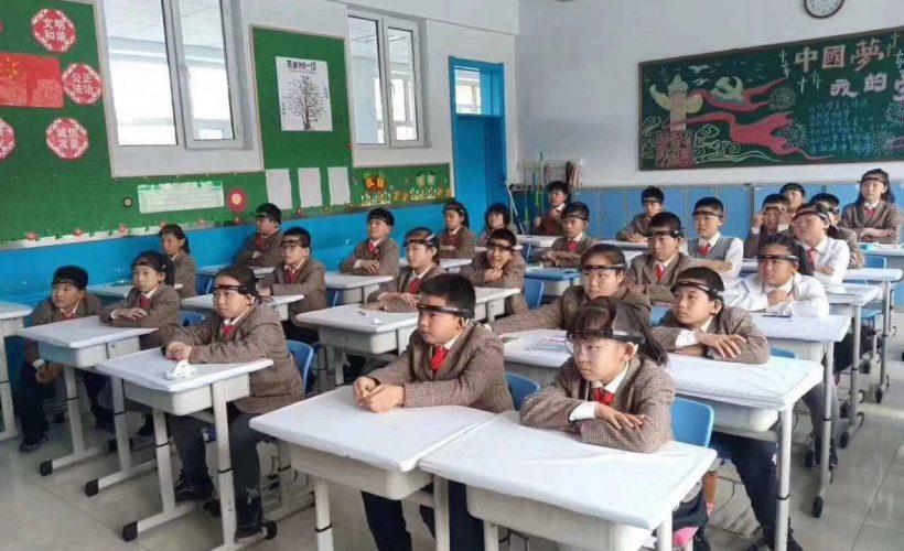 Снимка: Китайските ученици слагат дистопични ленти за повишаване на вниманието