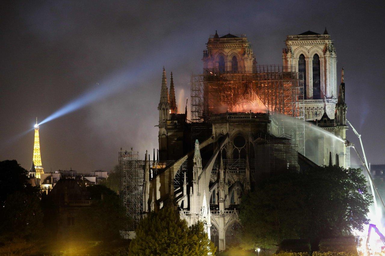Снимка: Алгоритмите на YouTube приеха пожара в Парижката Света Богородица за фалшиво видео