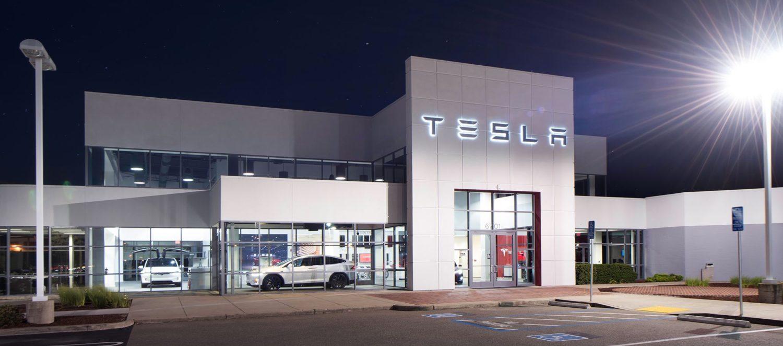 Tesla разкрива стотици нови офлайн магазини