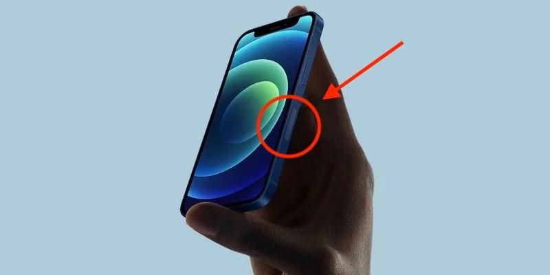 От едната страна на iPhone се вижда странен неизвестен елемент