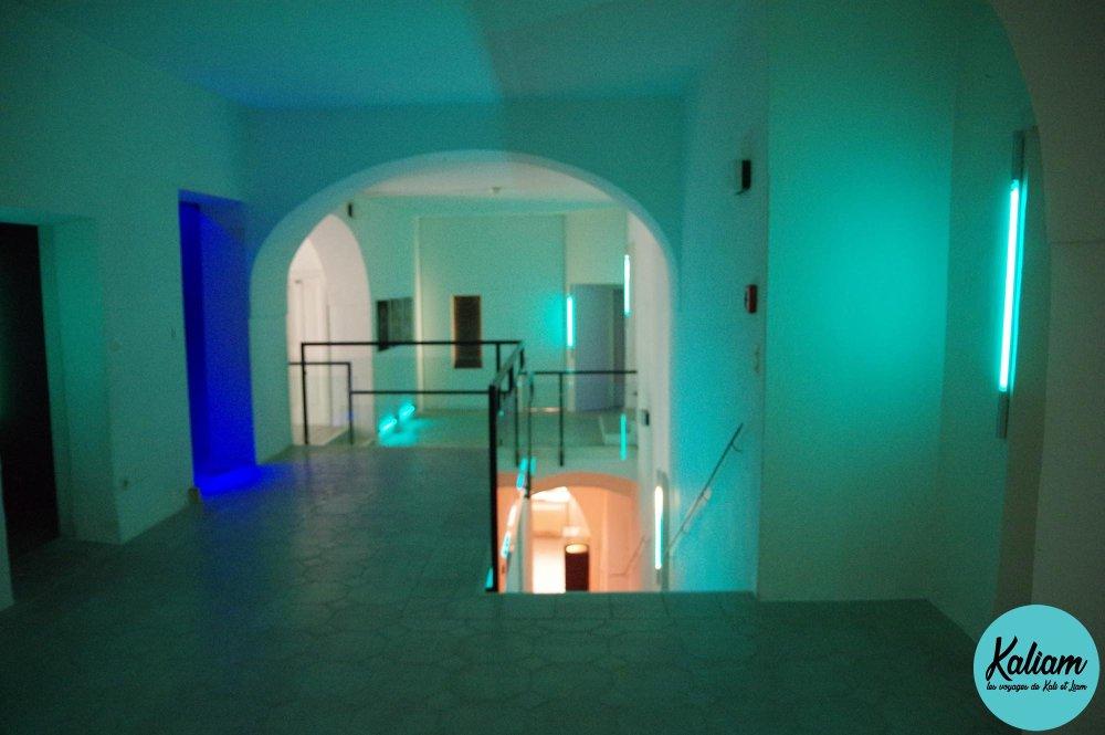 Dans le musée, les couloirs qui vont vers les différentes pièces