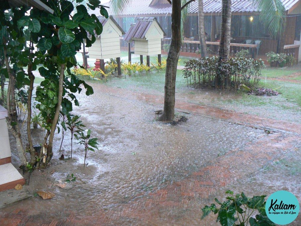 """La """"mousson"""" en Thaïlande, un petit courant d'air et ensuite cette pluie super rafraichissante qui ne dure que quelques minutes"""