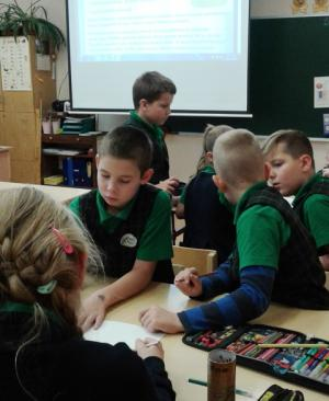 3 c klasės mokiniai kūrė plakatus apie šiukšlių rūšiavimą
