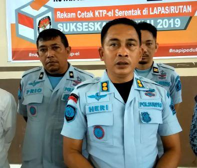 Ketgam : Kepala Rutan Kelas IIB Unaaha Herianto di dampingi Kepala Pelayanan Tahan Rutan Unaaha, Supriono.