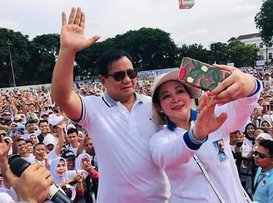 Ketgam : foto Prabowo-Titiek Soeharto di tengah pendukungnya