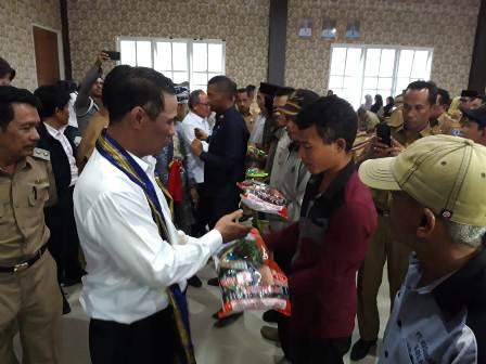 Ketgam : Penyerahan bibit jagung kuning oleh Mentan RI, Andi Amran Sulaiman