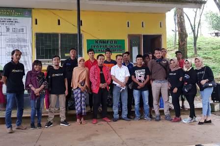 Ketgam : foto bersama Komunitas Jurnalis Jalan Jalan (KJ3) Sulawesi Tenggara (Sultra) dengan kaum dhuafa di Kampung Mandiri Energi (KME) TPA Puwatu.