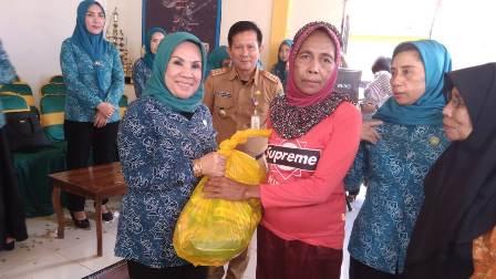 Ketgam : Ibu Bupati Konawe Selatan Hj. Nurlin Surunuddin saat menyerahkan sembako pada penerima yang merupakan korban banjir
