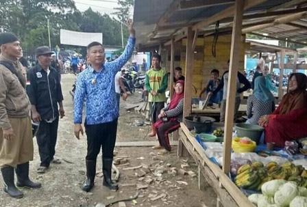 Ketgam : Wakil Bupati Konawe Gusli Topan Sabara saat meninjau los pasar Rahabangga/foto Januddin