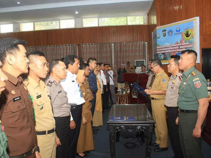 Ketgam : Walikota Kendari, Sulkarnain Kadir, SE saat mengukuhkan Tim Saber Pungli
