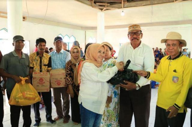 Ketgam : Hj. Nurlin Surunuddin saat menyerahkan bantuan di masjid desa setempat