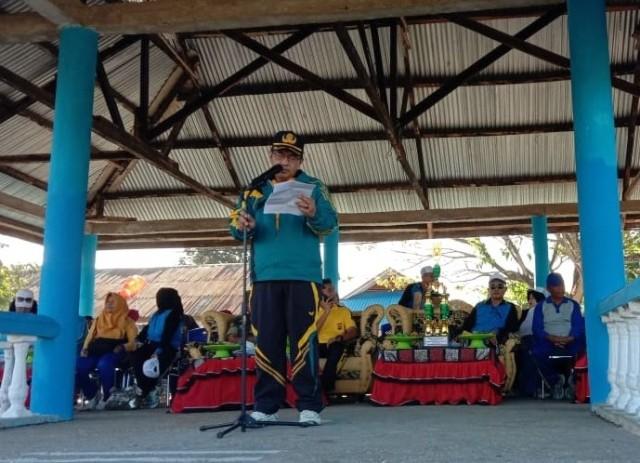 Ketgam : Hasim Karim saat membacakan sambutan bupati Konawe Kery Kery Saiful Konggoasa pada pembukaan Porseni tingkat Kecamatan Lambuya