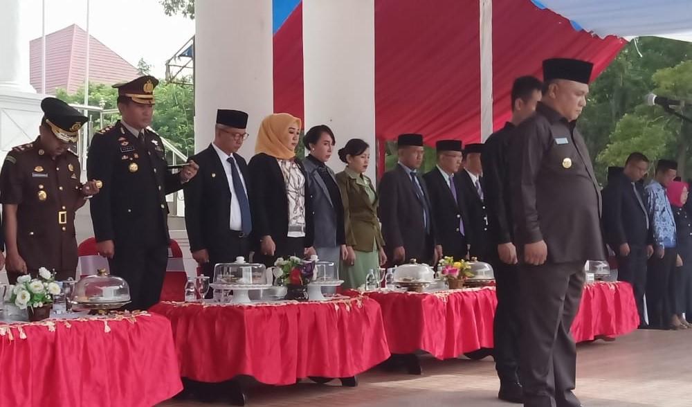 Ketgam : Bupati Konawe Kery Saiful Konggoasa saat memimpin upacara Hari Pahlawan ke 74 Tahun d pelataran Kantor Bupati Konawe
