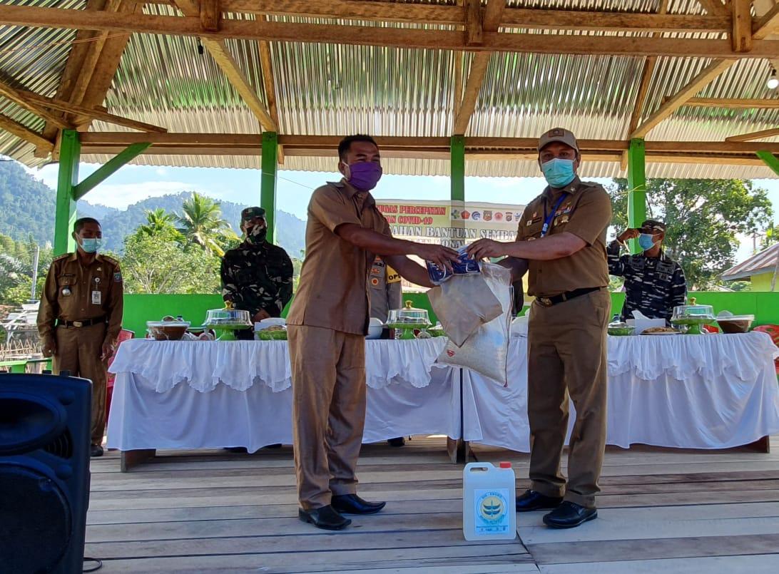 Ketgam : Ruksamin bagikan sembako pada kepala desa. Selanjut kepala desa akan salurkan ke warga masing-masing