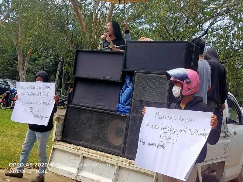 Ketgam : Massa aksi yang berikan support terhadap 6 orang buruh PT. NBP yang jadi terdakwa