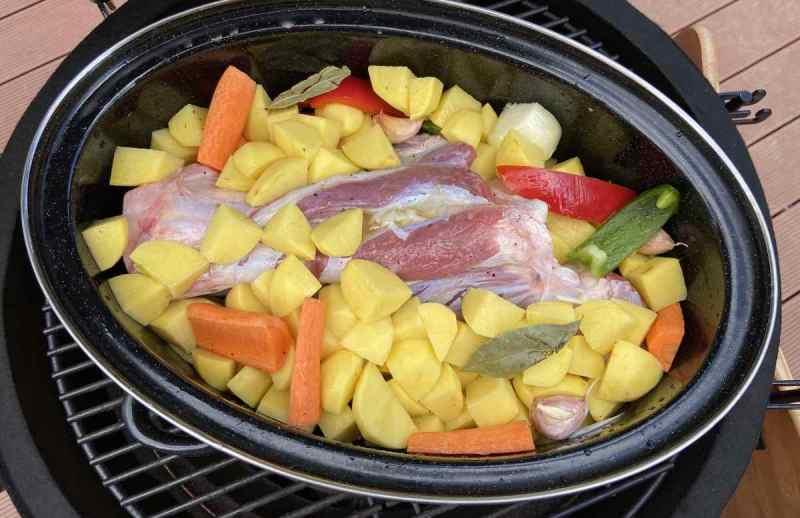 Kamado roštilj zbog svojstava topline i dobrog protoka zrada radi i kao peka ili dutch oven