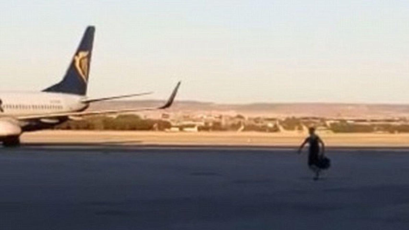 Video completo del pasajero saltando a la pista del aeropuerto