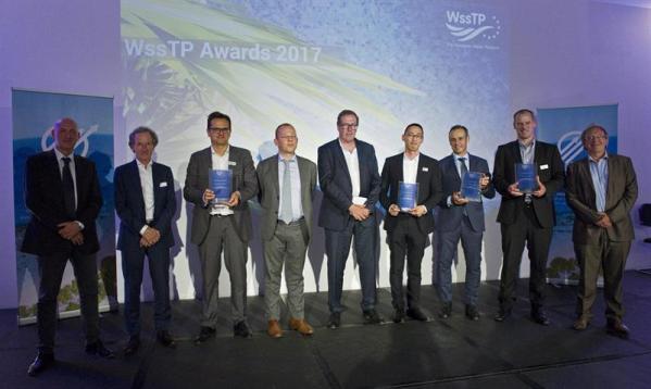 El consejero delegado de Global Omnium, Dionisio García Comín (3-d), posa con el resto de galardonados durante la entrega de premios de la Plataforma Europea del Agua (WssTP) celebrada esta noche en Bruselas. EFE/Horst Wagner
