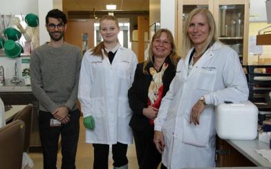 <p>Elizabeth Winzeler (derecha) y su equipo de investigación. Imagen de UC San Diego Health. </p>