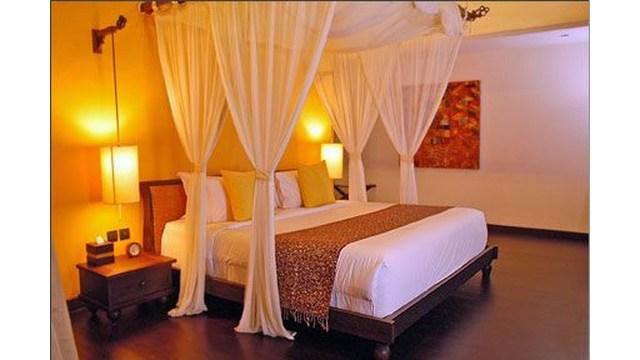 Kamar romantis dengan kelambu
