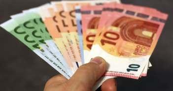 Euroscheine in der Hand