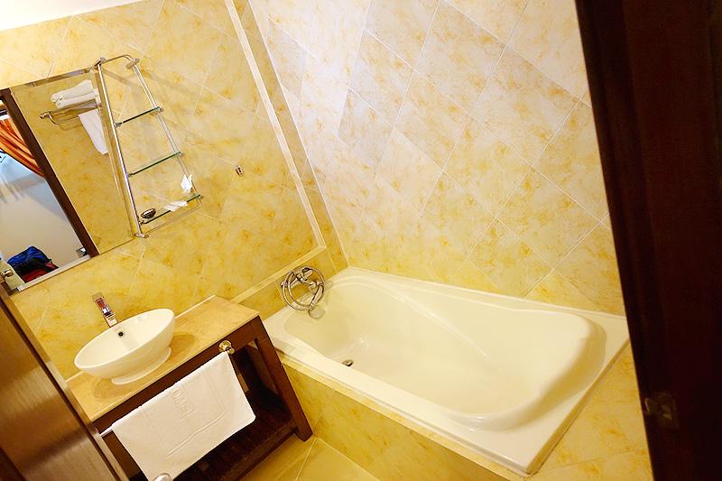 Pavillon-d'Orient-Bathroom-Tub