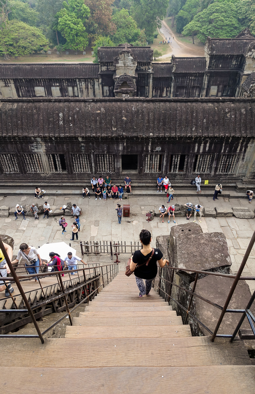 angkor-wat-stairs-down-to-2nd-level