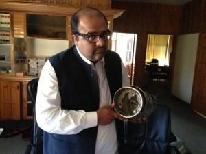 Menschenrechtsanwalt Mirza Shahzad Akbar mit Resten einer Hellfire-Rakete