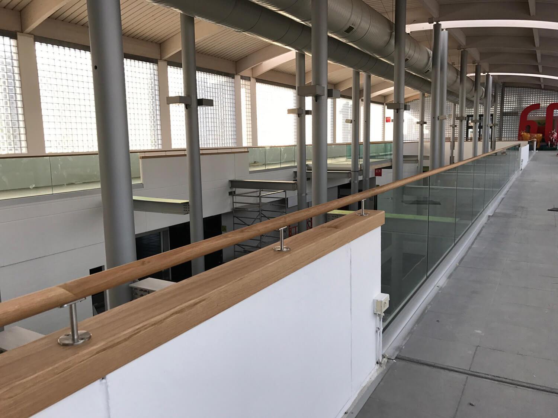Glasberuestung und Mauerabdeckung mit aufgesetztem Holzhandlauf