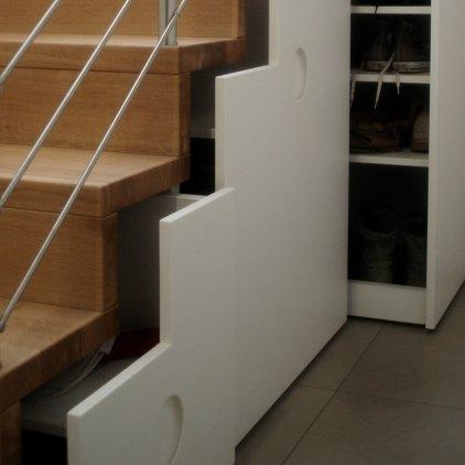 Sottoscala con cassetti e armadio con porte push-up e illuminazione Led