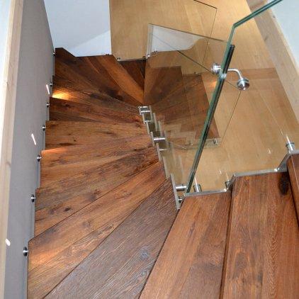 Treppe mit abgestufter Edelstahlwange