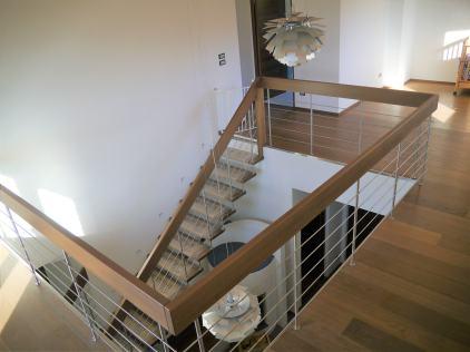 Scala con gradini e corrimano autoportante