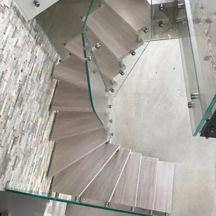 Scala con gradini in rovere sbiancato
