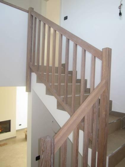 Treppengelaender mit quadratischen Staeben gebleicht