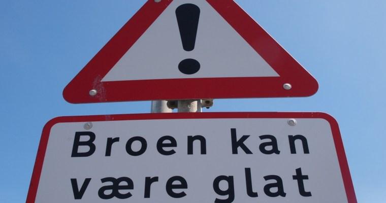 Schilder an Dänemarks Straßen  – Broen kan være glat